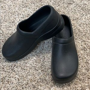Klogs size 7 black new without tags